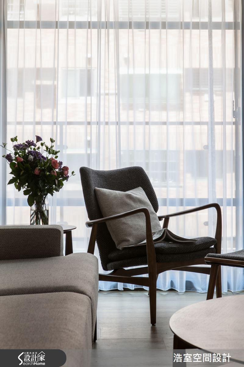 深色木頭的扶手椅與布織椅面,配上灰色靠枕與白色布簾,簡簡單單的就能打造一方舒適放鬆的角落。