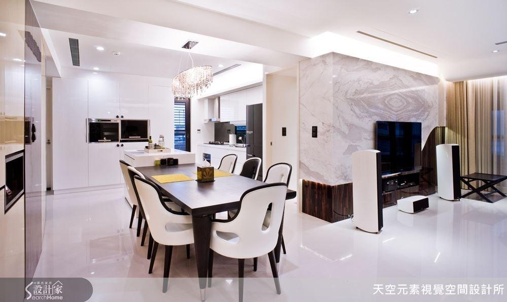 開放式的餐廚區域使得屋內的生活動線得到好的串聯。
