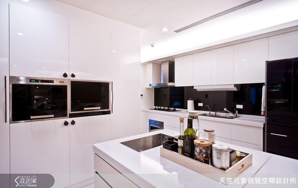 使用鋼琴烤漆的材質,讓這個空間更具現代氣息,乾淨而簡潔,呈現一種低調奢華感。