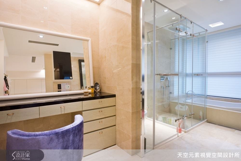 獨立的淋浴空間搭配一旁浴缸與梳妝台,這樣的規劃顛覆以往的傳統規劃。