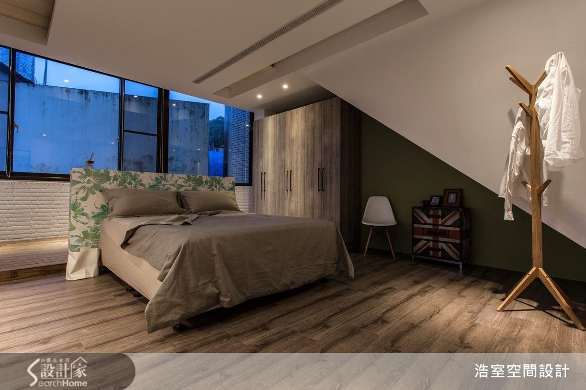 屋頂下的空間也不浪費,運用閣樓獨特的斜角格局,配上粗獷的木紋與美式圖騰,打造帶點藝術感的 Loft 現代風,反而顯得個性十足。