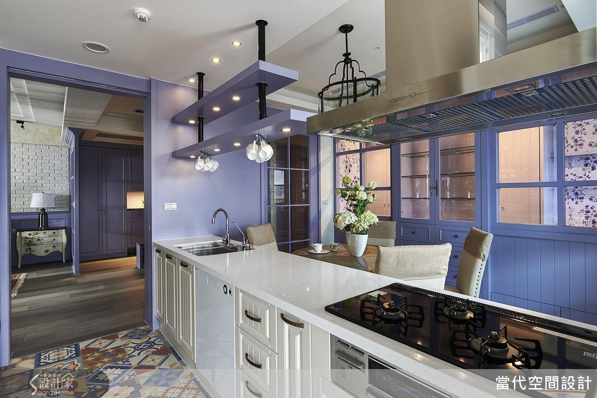 開放式的餐廚空間以拉門與客廳區隔開來,下廚時可將拉門關上區隔油煙。