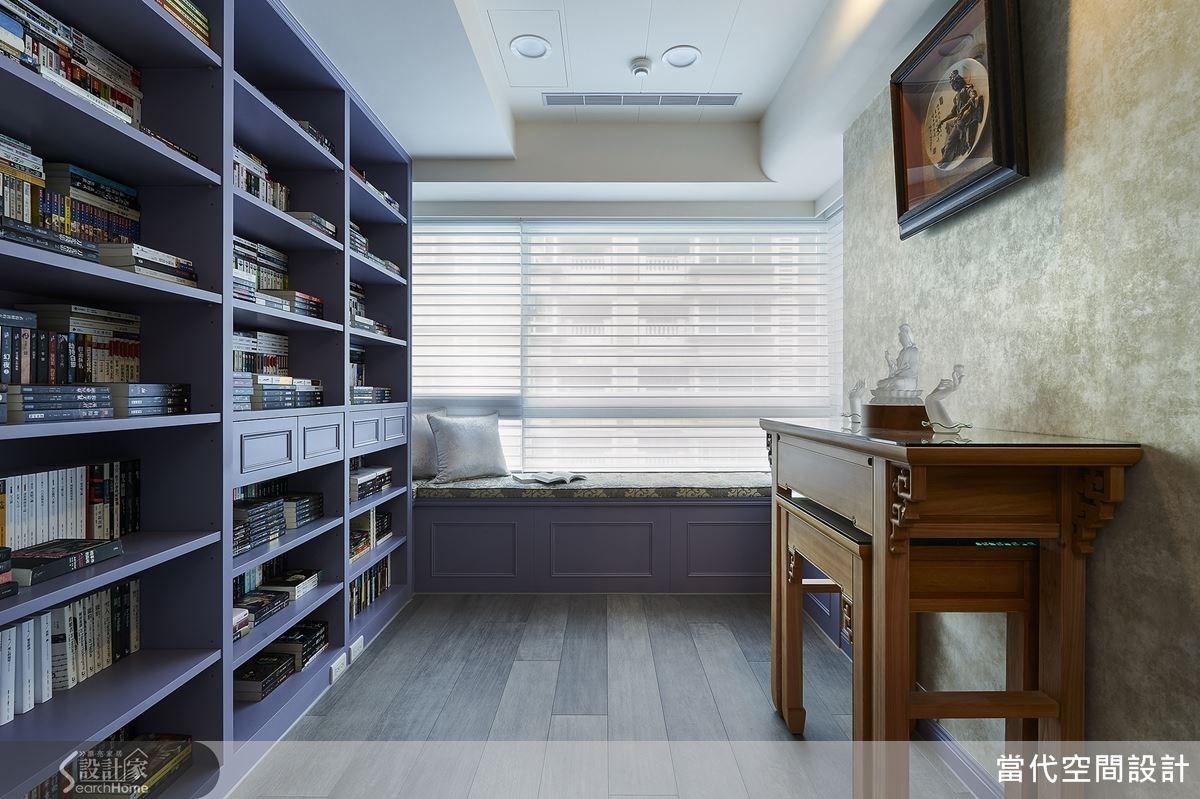 多功能休閒閱讀房內規劃了充足的書櫃,滿足屋主的書籍收納需求;而此空間同時也作為佛堂使用,讓空間使用彈性更靈活。