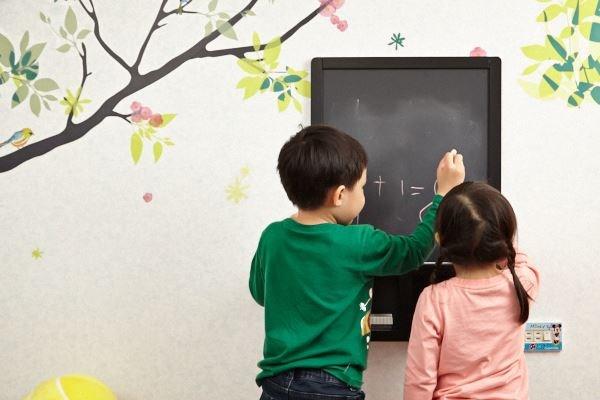 牆面繽紛富趣意,更開闢出可塗鴨、互動的場域,幫助孩子成長。