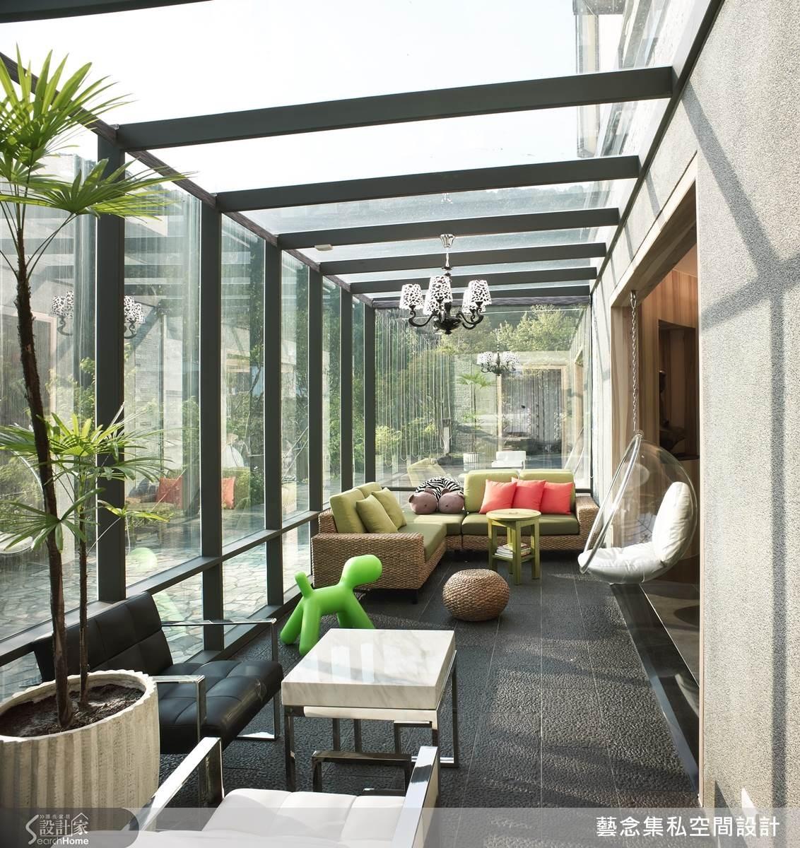 採玻璃屋的概念,再搭配球形吊椅,型塑悠閒的度假氛圍。