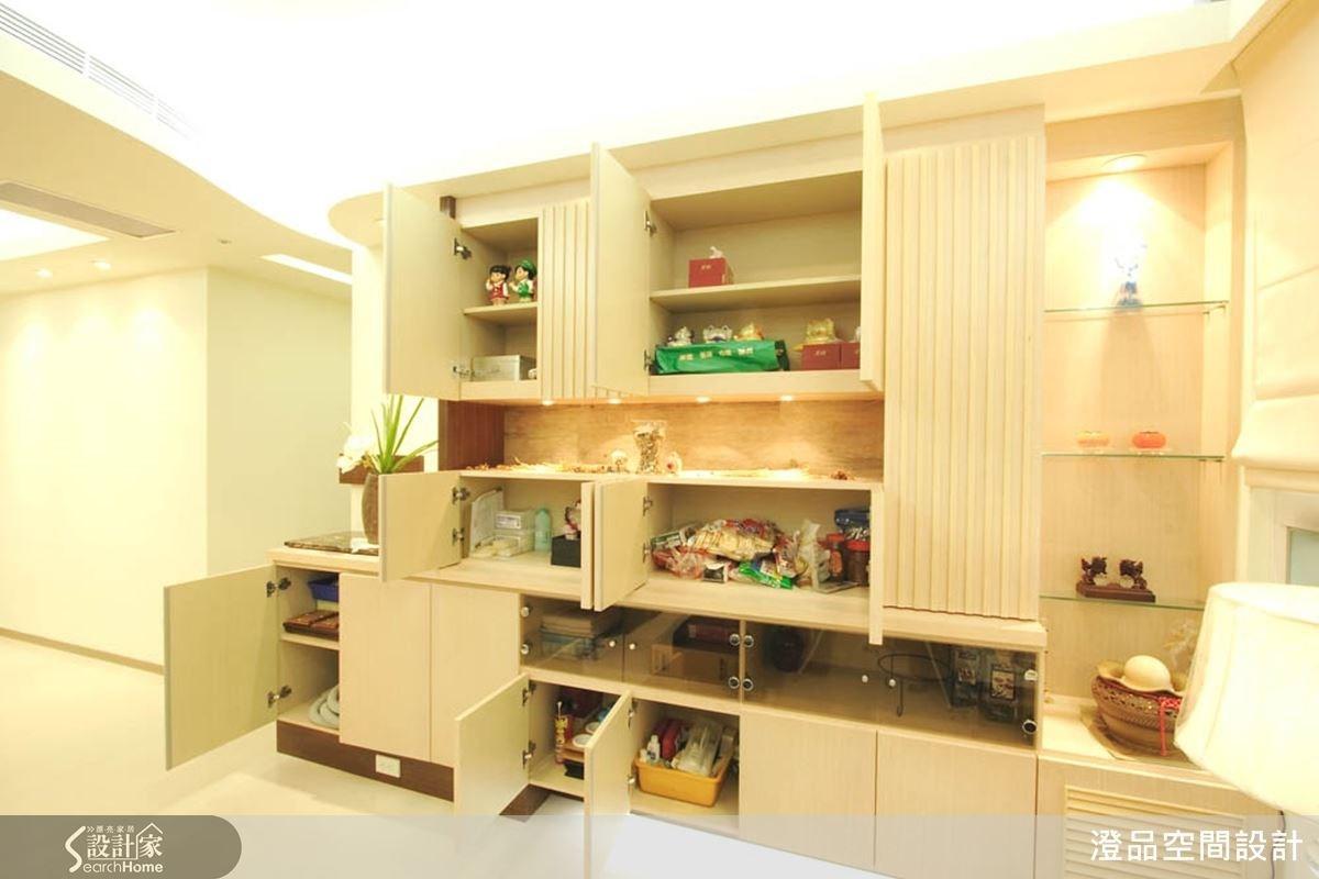 收納於無形的造型設計,簡單而大方,同時具有展示陳列的優點,多功能的落地造型櫃,展現出理想的高機能特性。