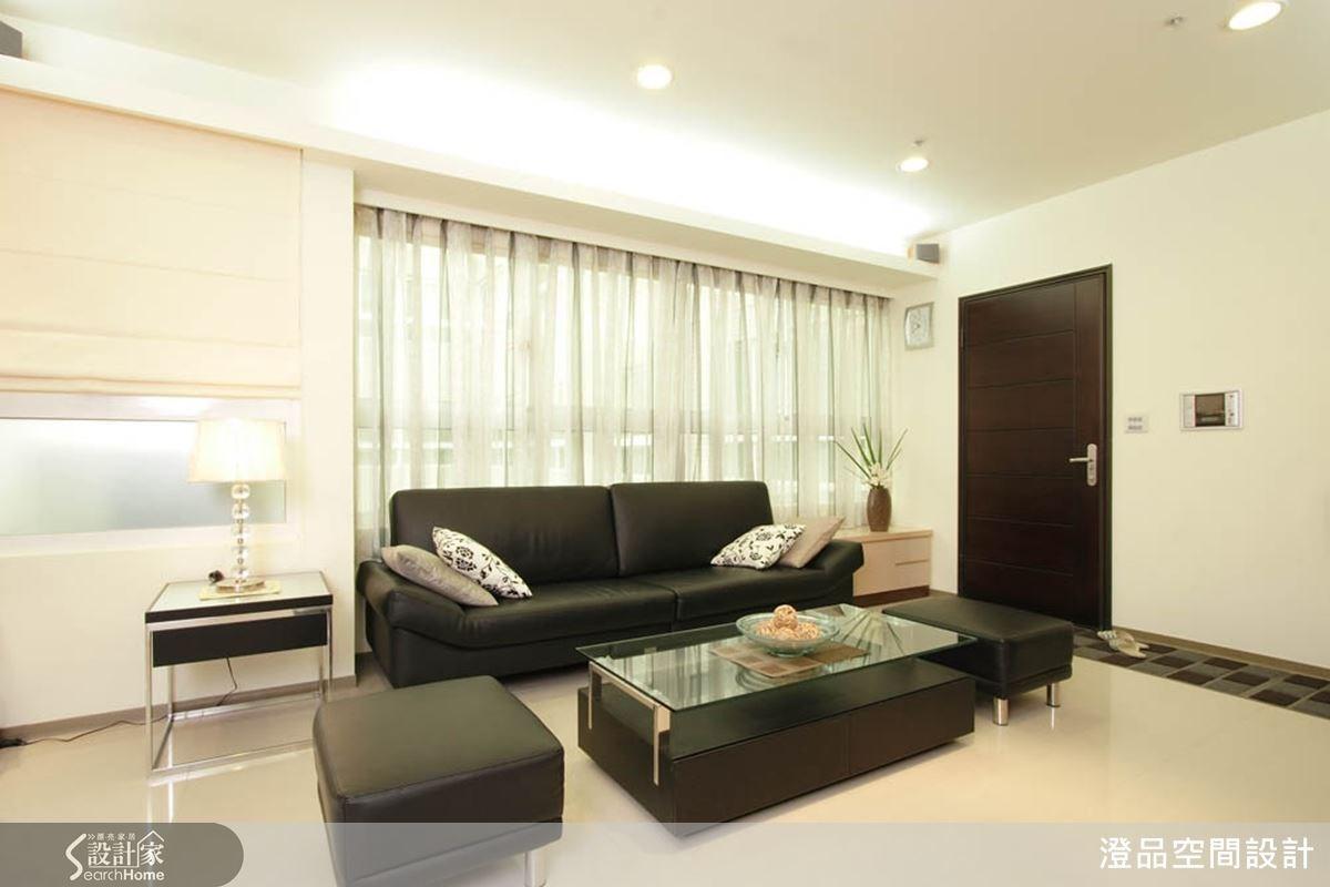 利用色彩區分出玄關與客廳空間,淺色大理石地面與灰黑玄關地面,以深淺色彩對比,顯現出空間的區隔效果。