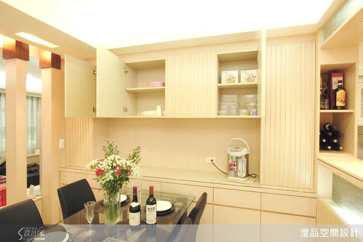 善加利用餐廳壁面空間,中空式的櫥櫃設計,上頭可方便置放器皿與雜貨,中間則可擺放小型家電,讓餐廳機能更完善。