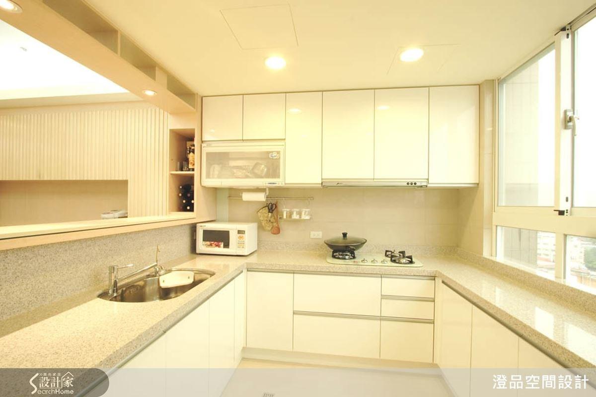 ㄇ字型的廚房規劃,利用大片窗讓空間顯得明亮,以石材為料理檯面不僅好清理,也能刻畫出簡潔俐落的風格廚房。
