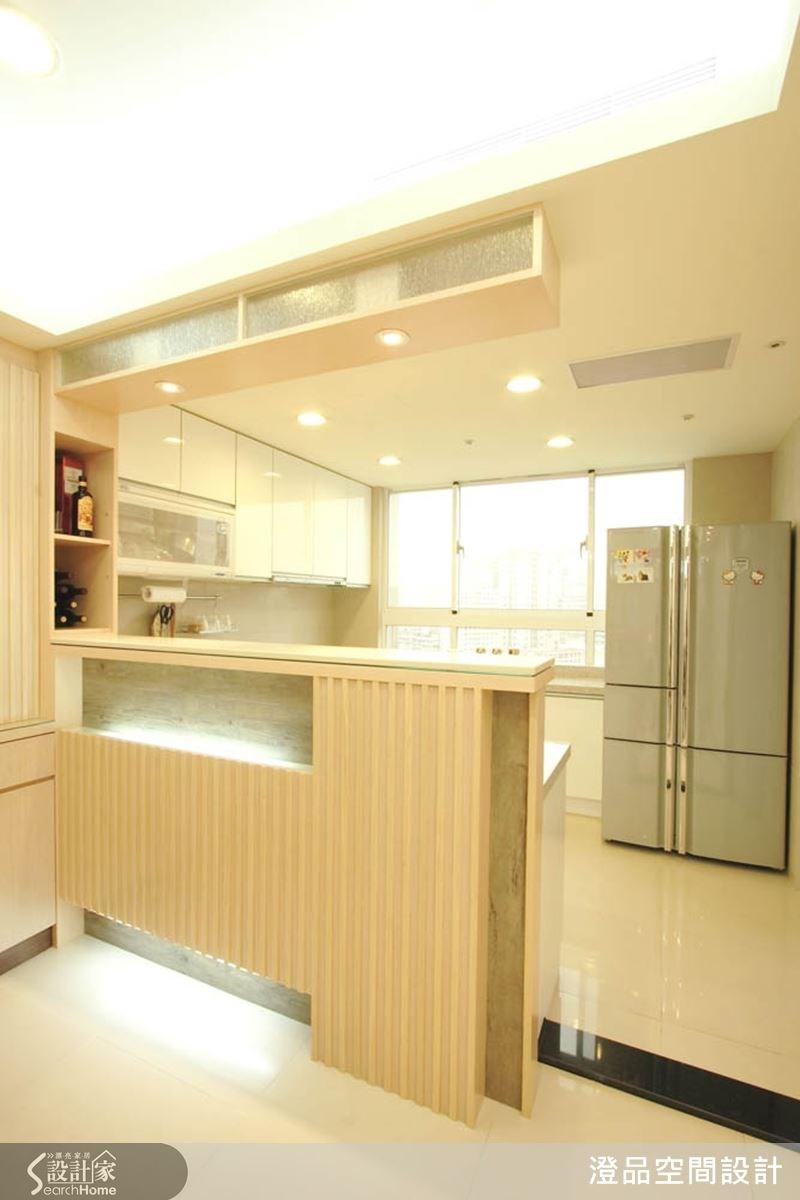 中島造型吧檯作為餐廚的區隔,半開放式的設計,使光線能自由穿透空間,淺色打造的餐廚空間,營造出迷人的摩登感。