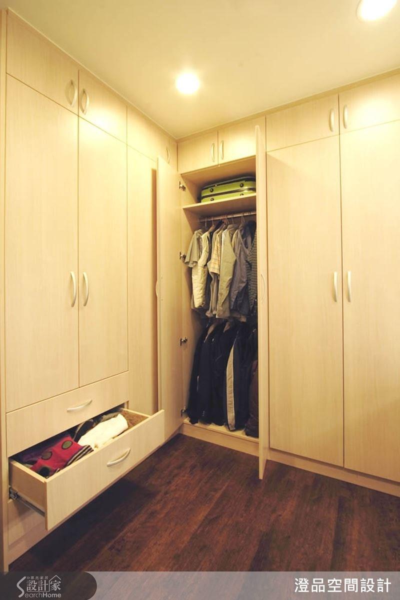 為屋主與家人量身打造合適的收納櫃體,在小孩房中,特別針對櫃體邊角作圓弧造型,造型美觀又安全,更是善用空間的聰明收納術;主臥空間就以大容量衣櫃,方便屋主收納四季衣物與行李箱。