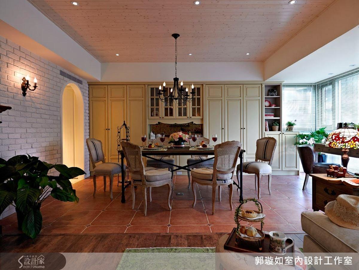 具有線板語彙的餐櫃,鋪上淡黃的色調,同時輔以柔美線條的古典餐椅和木鐵混搭的餐桌,再加上仿舊的處理手法,復古情懷油然而生。