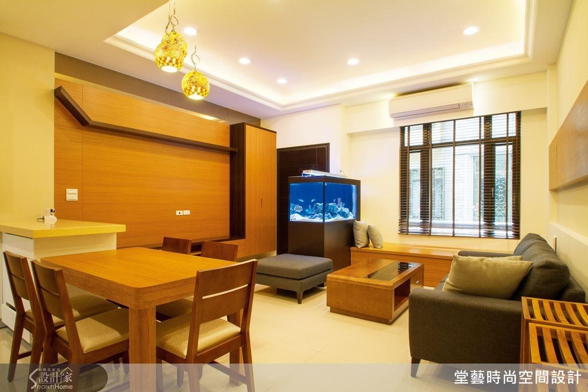 客廳透過魚缸的設置區隔出玄關,只擺放三人沙發的設計,可省去為滿足座位而犧牲的空間。客廳窗邊的臥榻規劃,兼具收納與座位的功能,讓機能多更多。