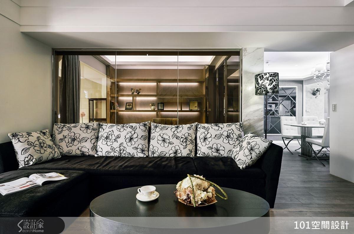 空間中加入符合屋主個性的黑色調,並特別選配一座立燈,創造與沙發抱枕相襯的高雅圖紋。