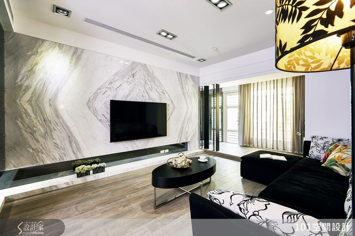 設計師把客廳格局往後退,加大公領域尺度,滿足屋主常有親友來訪時的會客需求。