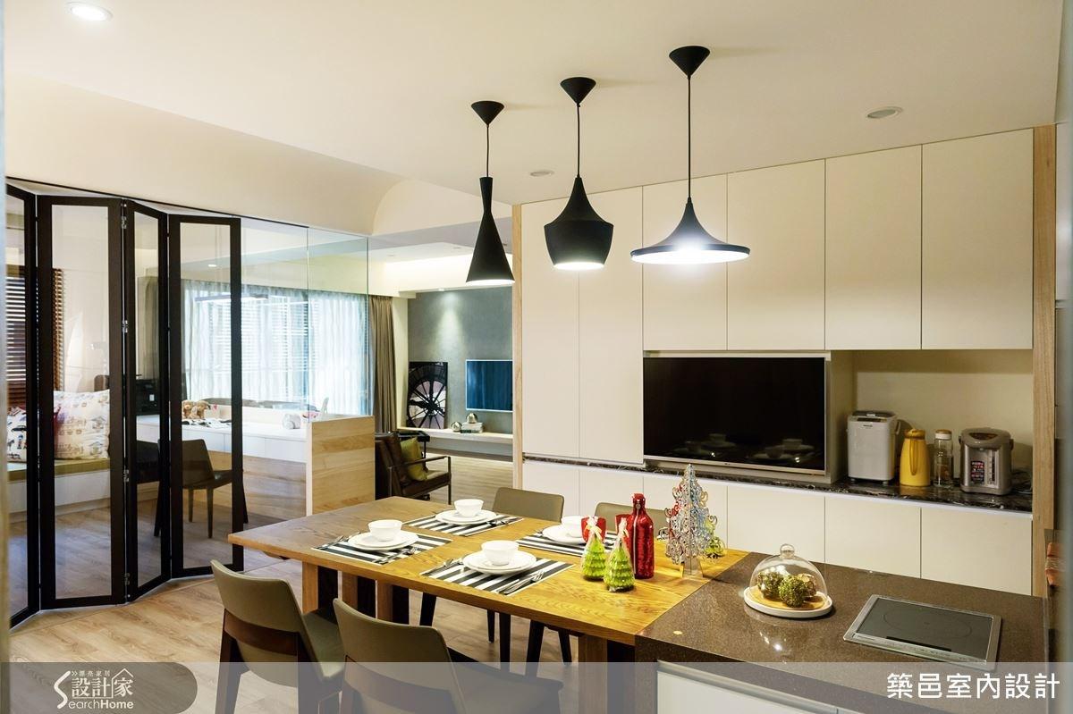 為了讓家人間的互動更加頻繁,設計師以開放式設計,串聯客、餐廳、廚房和多功能室,讓公共空間自由寬廣。
