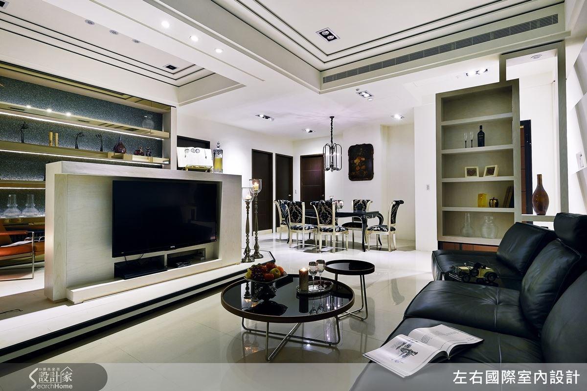 電視牆及架高地板以乾淨俐落的不規則線性分割,完整現代風格的設定,並藉此讓電視牆的存在成為精彩的裝置藝術,讓空間設計更耐人尋味。
