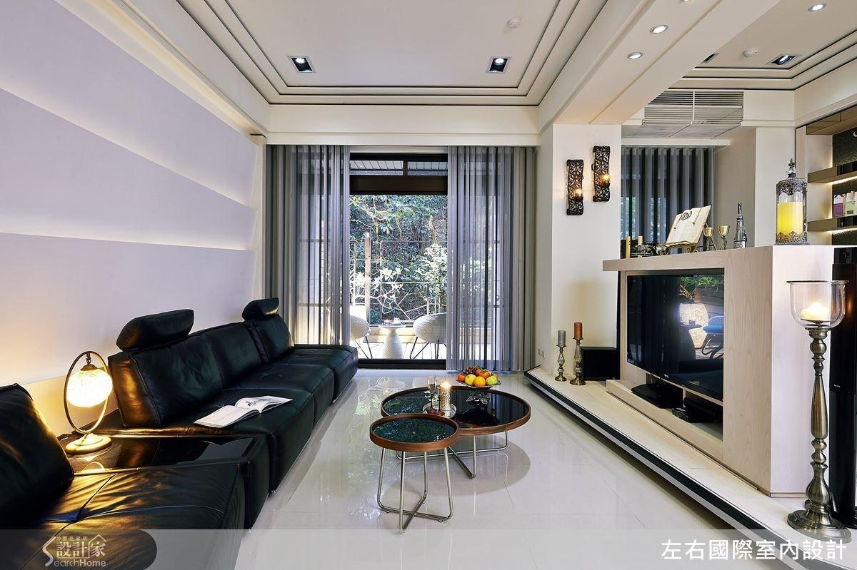 拿掉客廳和閱讀區中間的牆面放大空間感,同時串連窗外的綠映窗景,將建築物特有的優勢展露無疑。