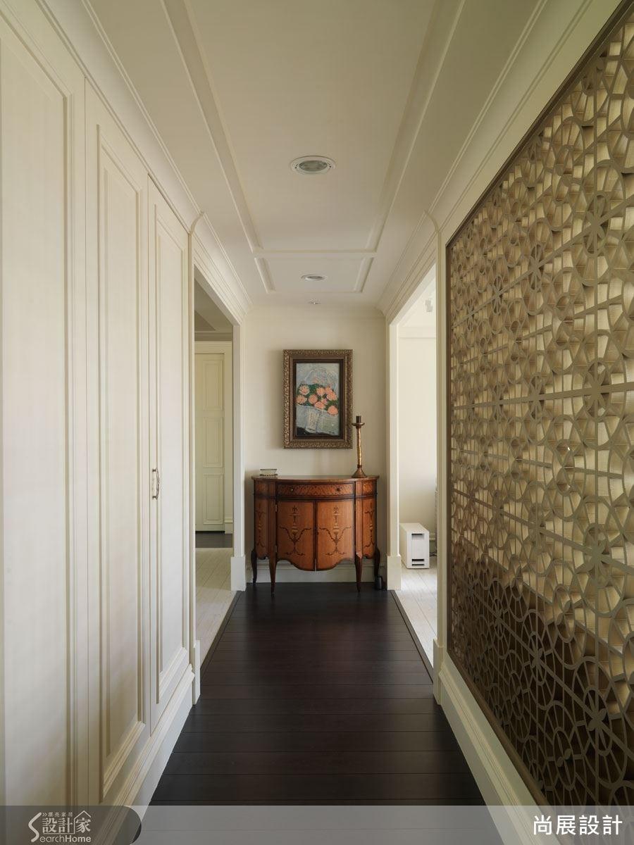 廊道天花板以優雅的弧形細膩修飾,與走廊底端的法式復古感木質端景櫃形成造型上的呼應。