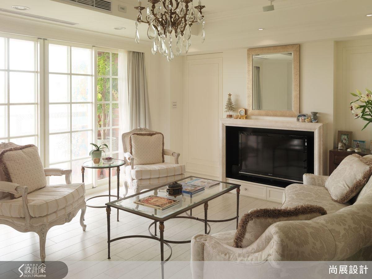 客廳空間以清雅素淡的米白色系為主,搭配造型細膩有致的燈飾與傢具,充分展現優雅的法式情調。