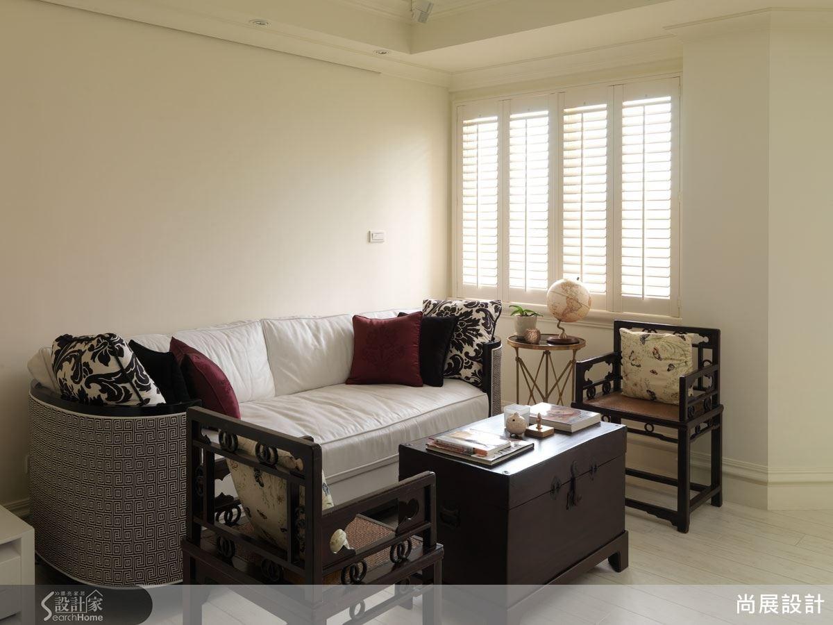 閱讀區的中式家具為屋主所舊有,經過設計師精心安排,置於法式古典風格的居家空間中不但不顯突兀,反而更富東方色彩的異國情調。