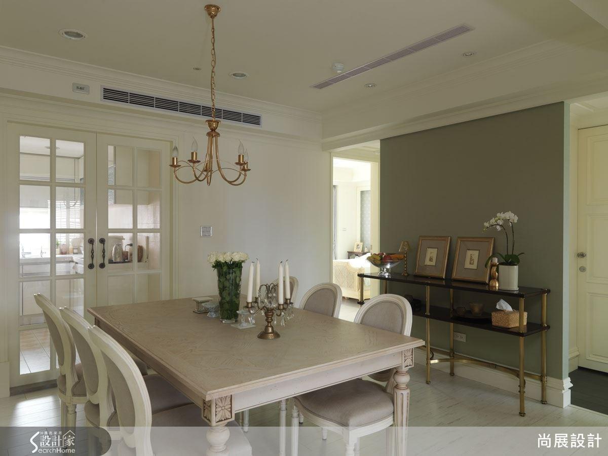 餐廳端景牆面以柔和的湖綠色打底,搭配古典風格端景桌設計,讓用餐時光更富有藝術美感。