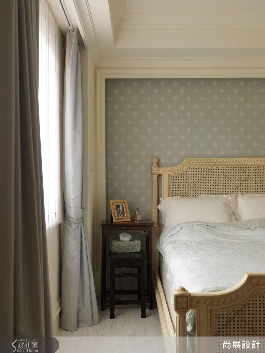 在溫暖陽光的包圍下,主臥室的藤編床框與深色木質床邊桌更顯靜謐而舒適,營造最紓壓的睡眠空間。