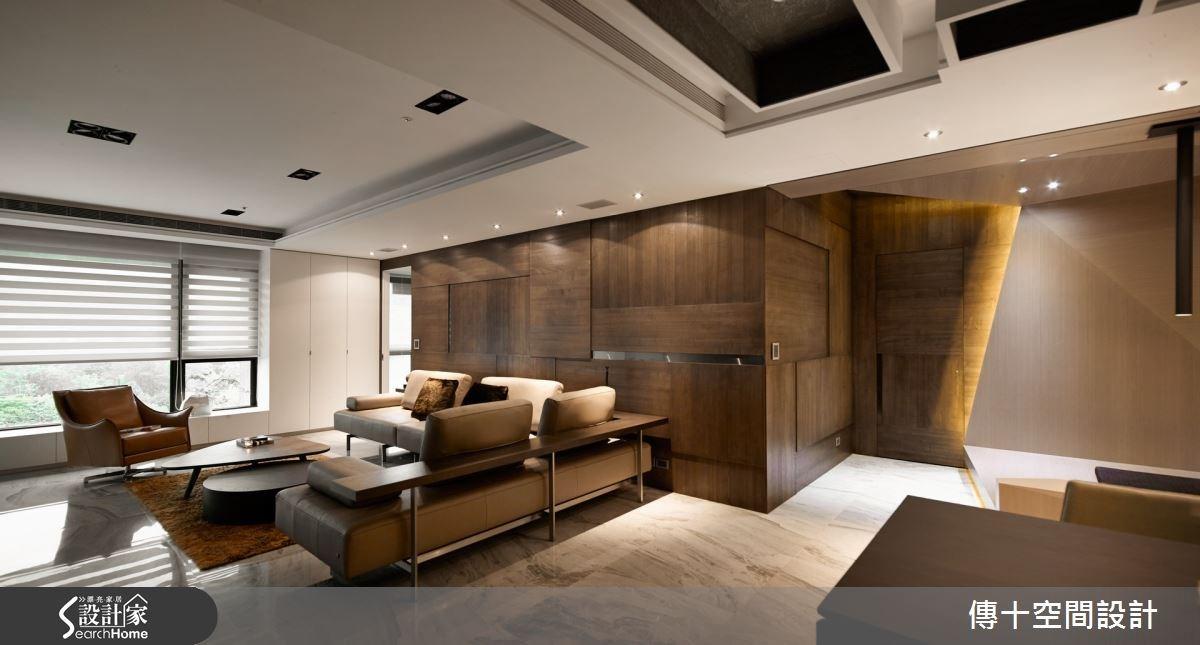 客廳空間安排於大面景觀旁,利用大面開窗引景入室,讓親友得以在這裡共享窗景。