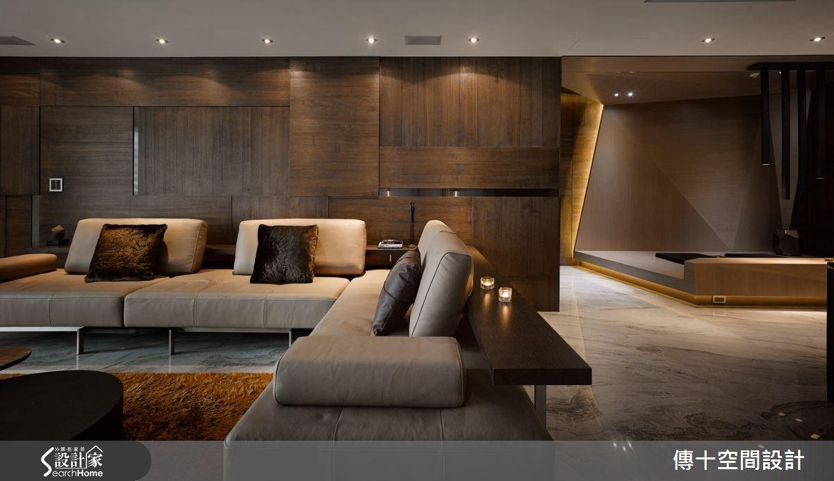 運用大理石地板統合公共空間,並在牆面鋪陳棕色木皮,切分出塊狀立體感,同時點綴一點鍍鈦板金屬材質,營造時尚兼具大器的氣場。