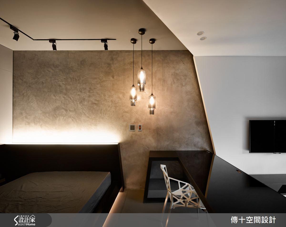 大兒子房以質樸工業風格為主軸,利用進口塗料加上手刮質感,表現無法複製的個性風韻,並加入呼應公領域的折板幾何元素,在天花板、牆面、地板做出個性化線條。