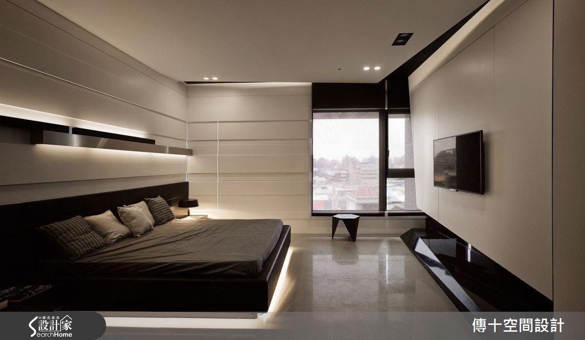 小兒子房則以黑白灰為空間基調,並點綴冷冽的不鏽鋼材質,同時在牆面上做出凹凸面切割設計,營造出一股時尚前衛感。