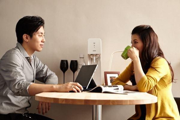 型男屋主與未婚妻都喜歡雅痞風,這次改造,在簡單素雅調性中融合了居家機能,並且運用可隨時對話的多功能吧檯桌,增添夫妻兩人未來的生活情趣。圖片提供_IKEA