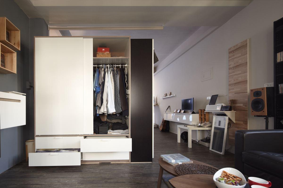 屋主選擇許多方便置物的櫃體,讓物品可整齊的放進專屬空間內,替兩人世界做出有系統的收納。圖片提供_IKEA