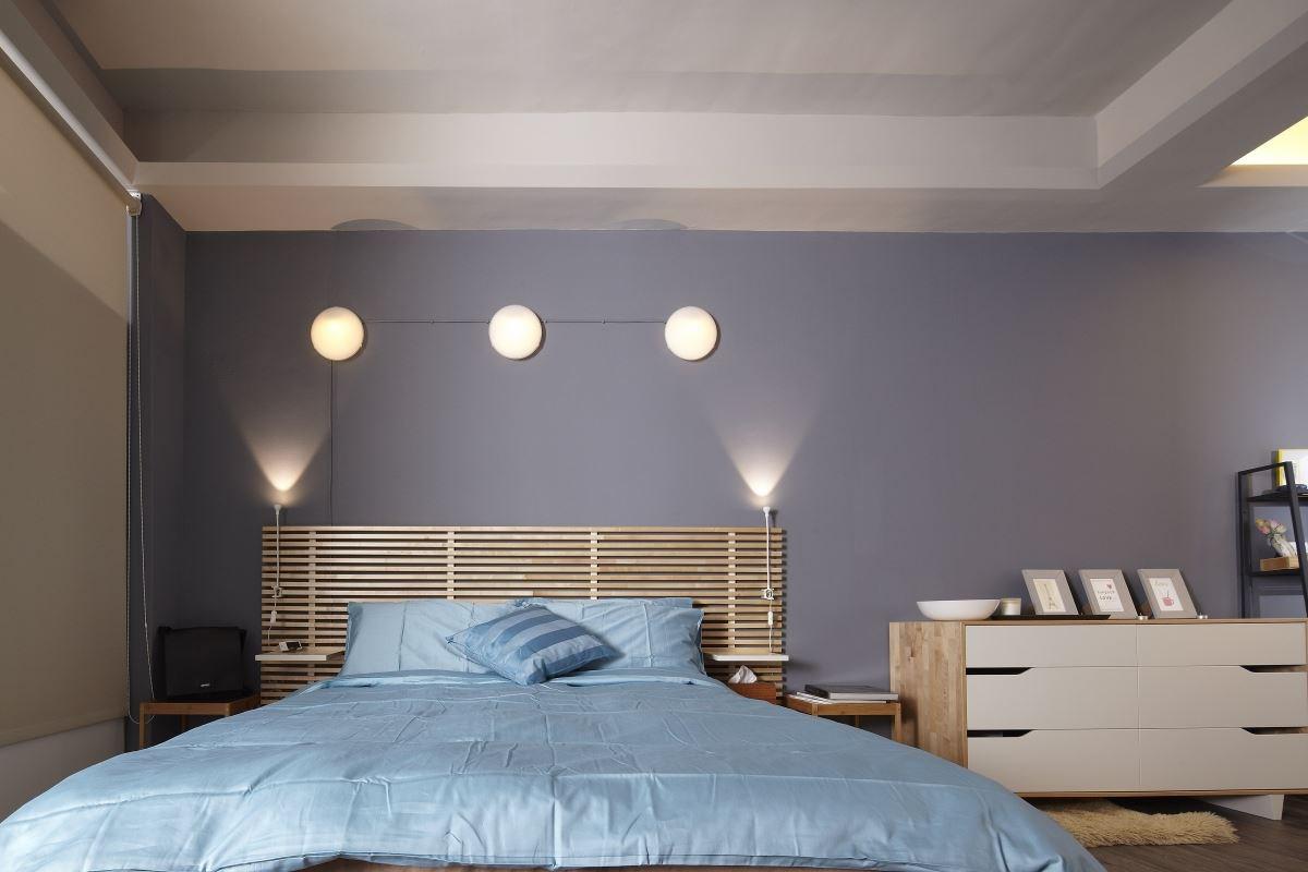 在臥房區域裡,屋主簡單調整床的位置,不僅做出順暢的動線,也回歸舒適的生活情境,並透過燈光提升寢臥的療癒氛圍。圖片提供_IKEA