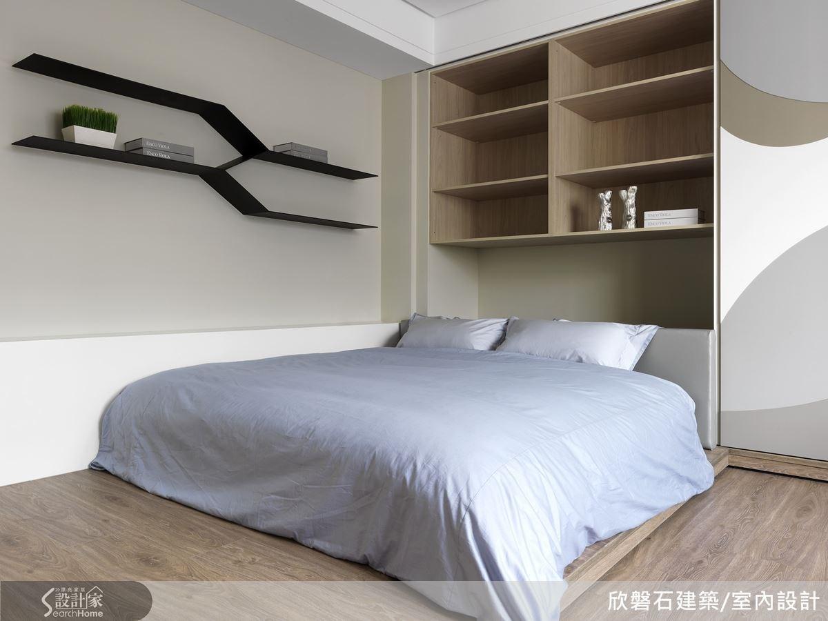 男孩房的牆面推開便是收納的空間,充分利用空間。一旁的展示櫃架也與臥房的牆面的圖案相呼應,幾何的線條成為空間的一大亮點。