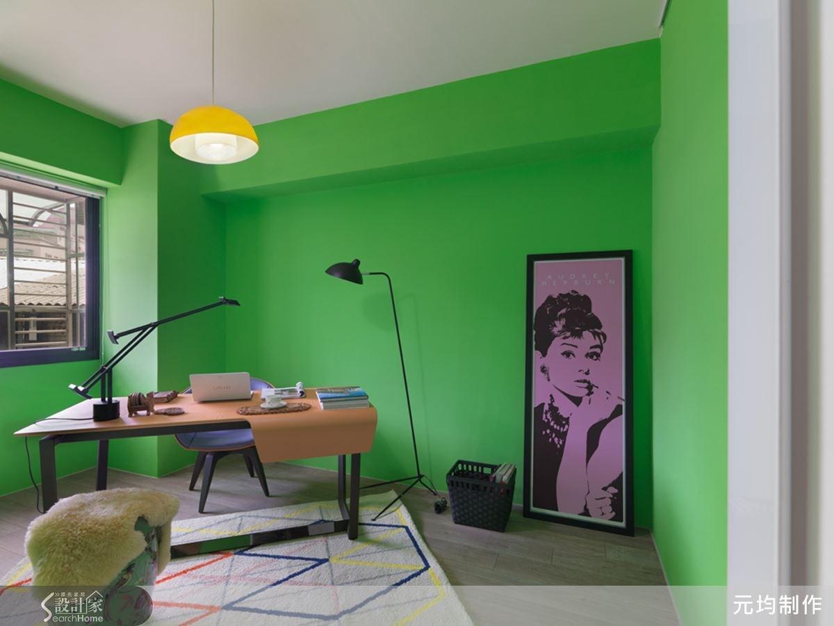 小男孩房以粉嫩的綠色作為立面表情,考慮到學齡前的活動,故不作太多固定家具的安排,目前兼具書房的使用機能。