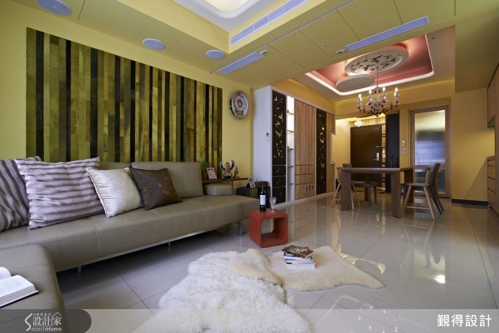 統一空間色調,以黃、白二色,打造出簡約又有溫暖氣息的現代風格住居,客廳沙發背牆以色彩漸層的手法,為壁面帶入獨特的抽象美學。
