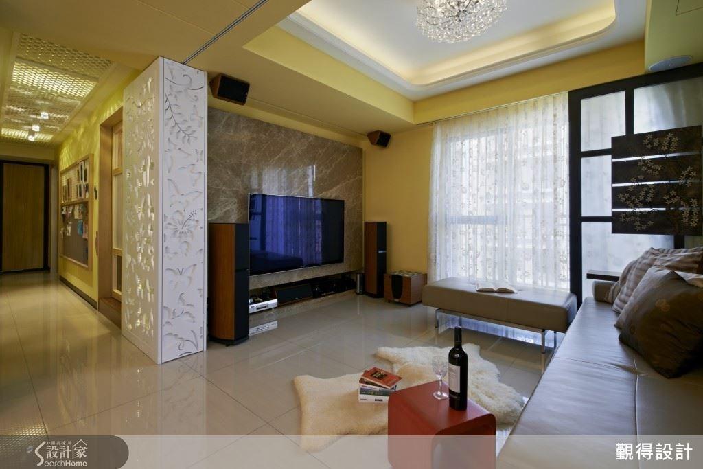 自然紋理的大理石牆,內嵌式的影音收納櫃,讓客廳空間簡潔又具大器質感。