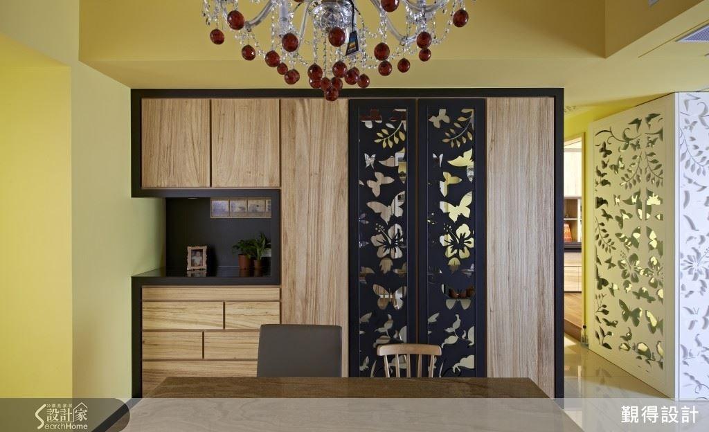 開放式的餐廳空間,透過裝飾花片配上鏡面,使空間帶有延伸感,也讓用餐空間顯得更加柔美浪漫。