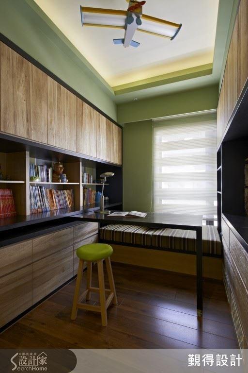 善用長形的格局特色,兩面牆面是收納櫃體,結合上活動式長桌與舒適的臥榻區,上頭還掛著一架飛機,象徵讓小朋友的閱讀想像無限飛馳。