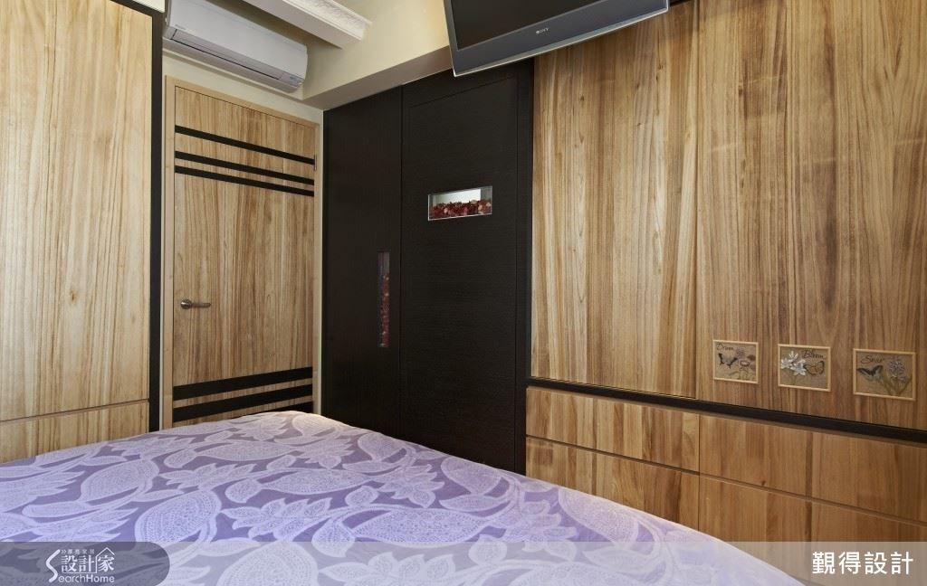 主臥空間的床頭繃皮設計,流瀉出奢華感,梧桐木的櫃體,讓收納於無形,整體視覺優雅簡潔,充分貼近屋主夫妻所期待的空間氛圍。