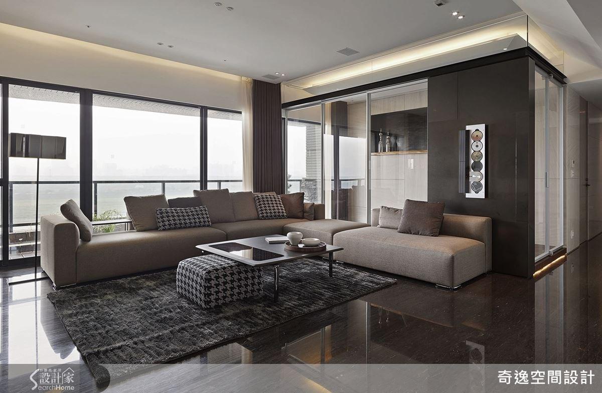 簡潔洗鍊的空間線條,配搭上恰到好處的建材,再以 L 型沙發展現出空間特有的開闊感,金屬質感的簡約摩登宅就很迷人!