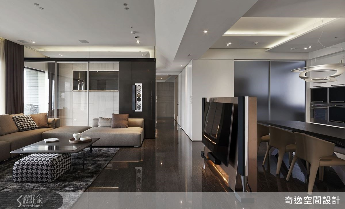 玻璃拉門的和室空間,不僅讓空間帶有穿透感,玻璃的建材更突顯出輕透明亮的居住質感。