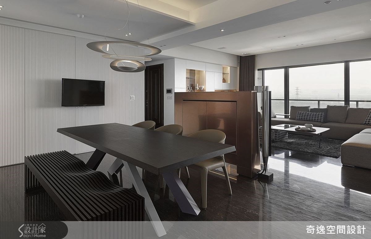 白色直柵壁面與黑色長椅,堆疊出色彩深淺對比,混搭螺旋的造型燈飾,讓餐廳空間成為時尚設計語彙。