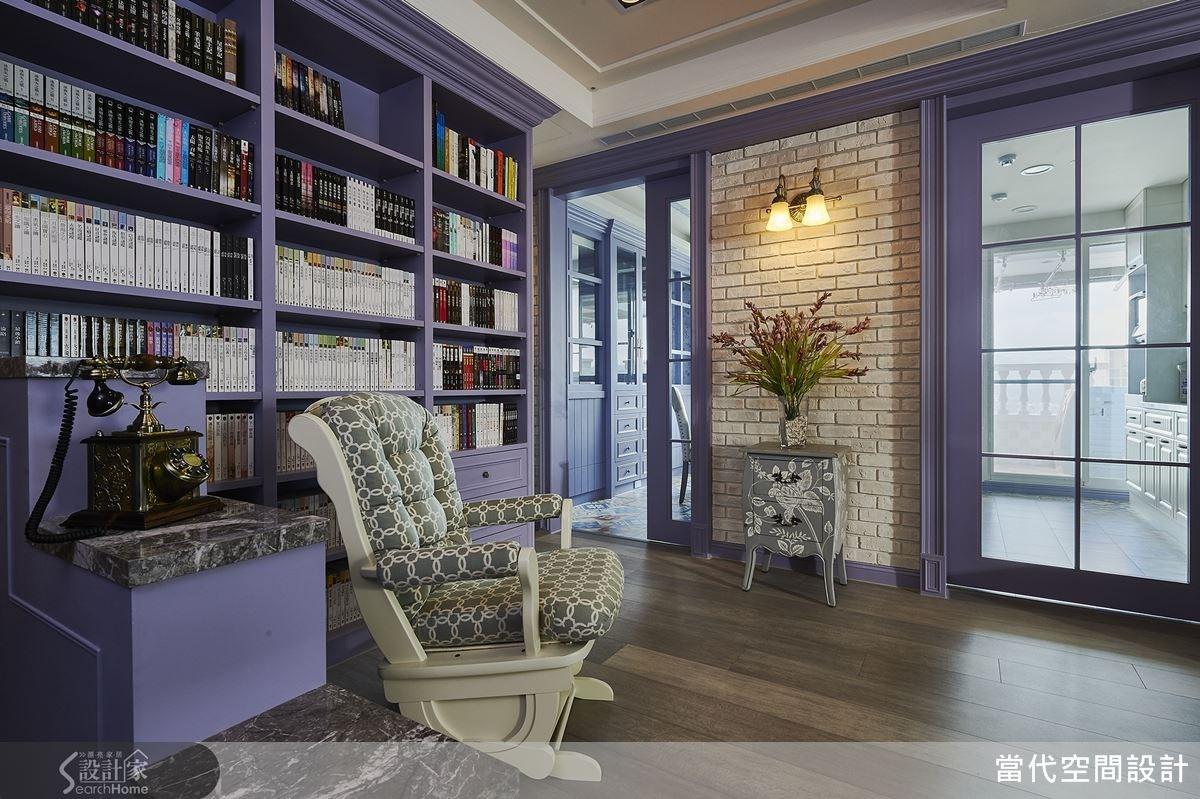 階梯以大理石結合收納空間,一旁則配置大面書牆做櫃體檯面,成為愜意的閱讀區域。