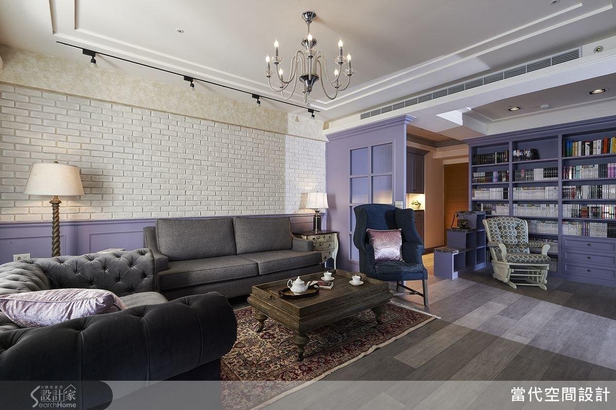 為了呼應女屋主的俐落個性,捨棄鄉村常見的繁複碎花布,採用藍色系沙發,並刻意將不同款式的沙發做出融洽搭配,增添空間新意。