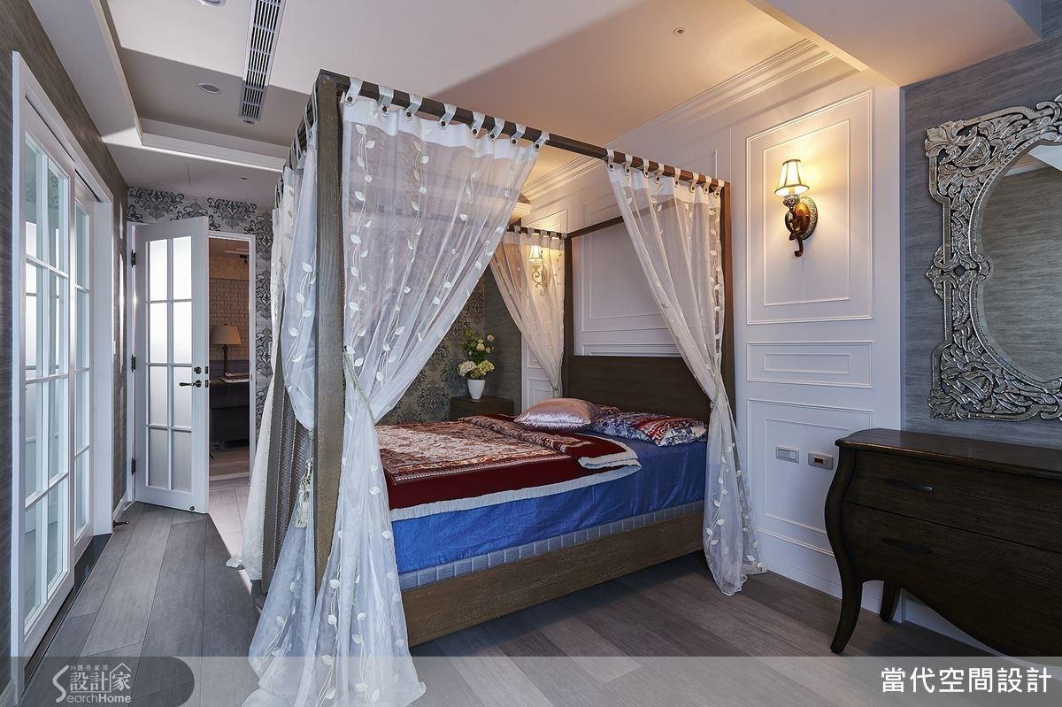 一旁牆面還因應女屋主需求,規劃梳妝區,並精挑細選一面威尼斯鏡,在浪漫風格中增添一絲華麗感!