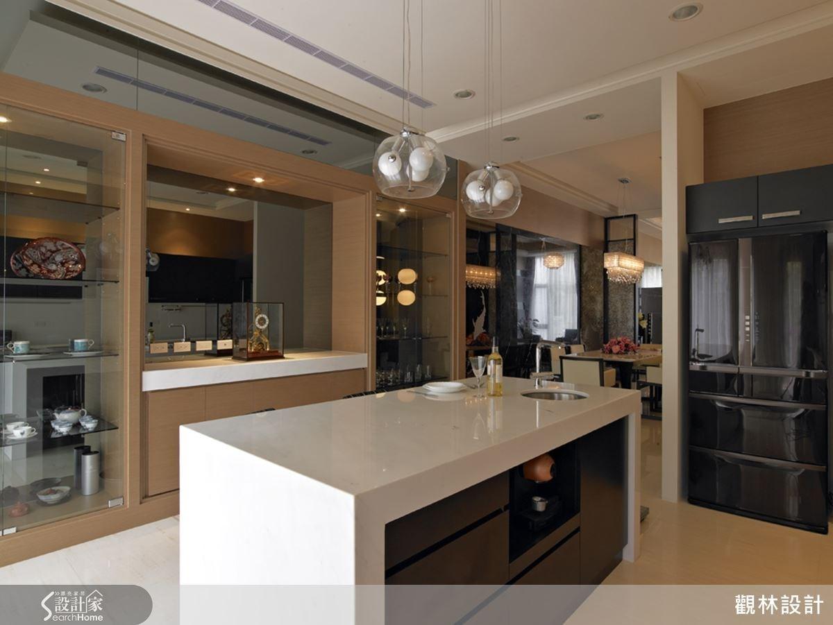 採用中島吧台規劃餐廚空間,延伸視覺寬闊感,造型簡潔俐落。