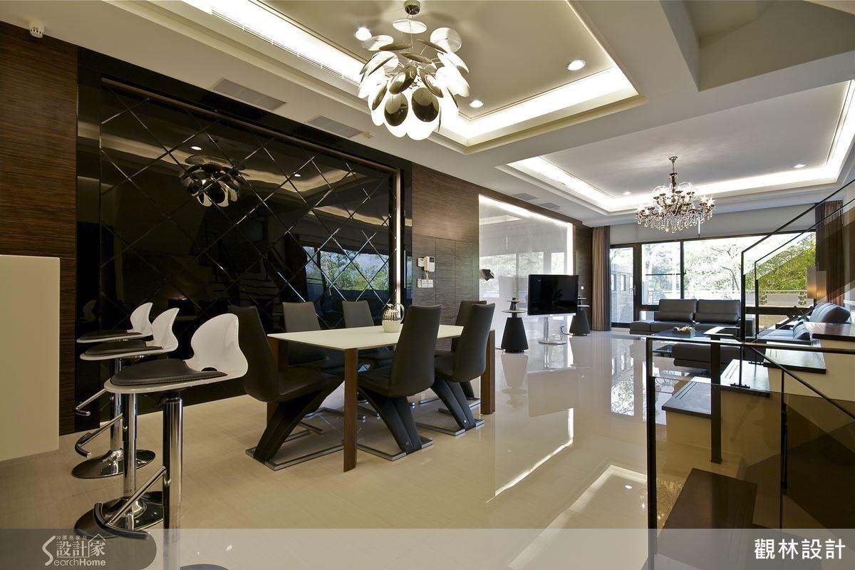 二樓的客餐廳空間主要以黑白色系為主軸,並且採用白色大理石來打造電視主牆,搭配精緻的燈飾與義大利進口家具,呈現氣派奢華的時尚質感。