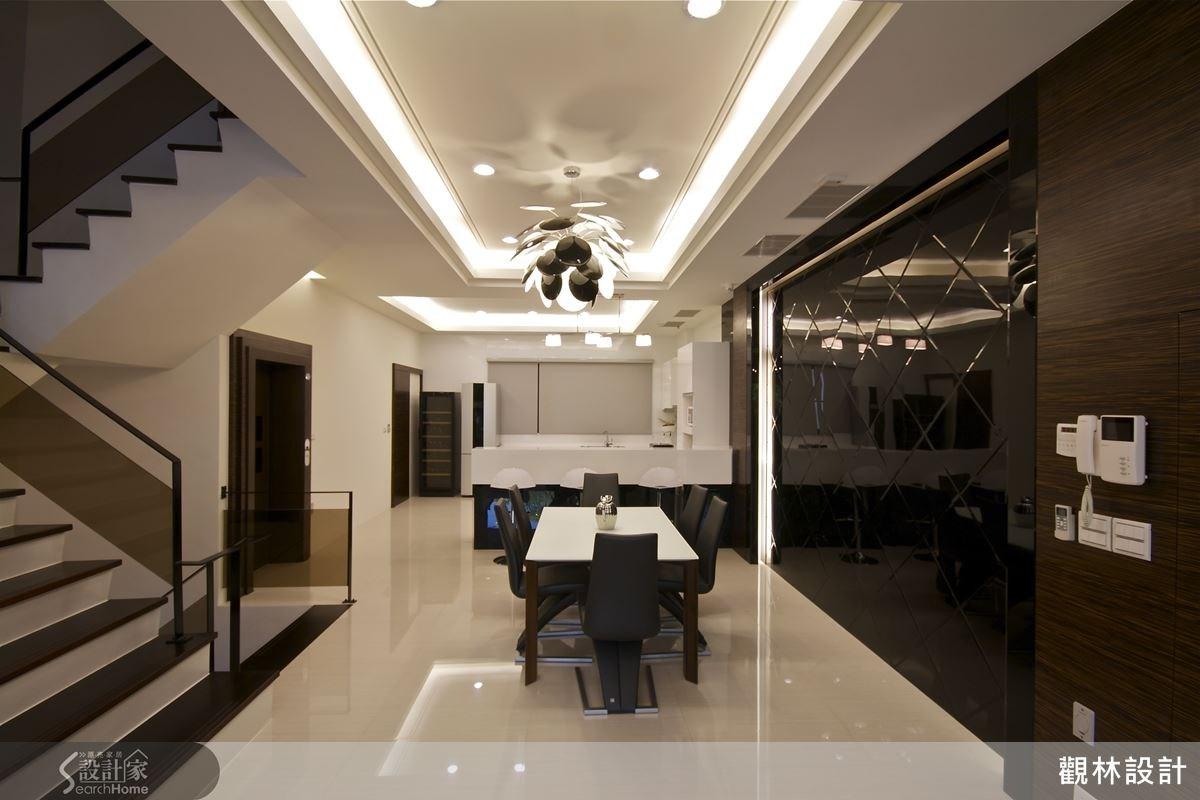 餐廳旁的菱紋黑色烤漆玻璃,使用與黑檀木包覆的框架,優美的線條十分切合空間整體的時尚感。